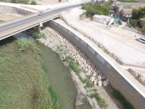 Muros reparados del encauzamiento del río Segura a su paso por Almoradí
